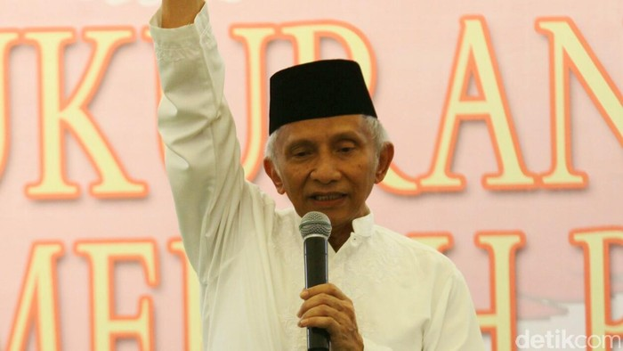 Usai memenangkan kursi pimpinan DPR dan MPR partai yang tergabung dalam Koalisi Merah Putih menggelar syukuran di Masjid Al Bakrie Komplek Rasuna, Jakarta, Jumat (10/10/2014). Ketua Umum PAN Amien Rais.