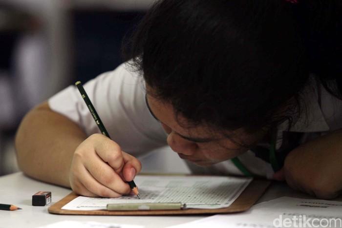 Siswa-siswi mengikuti ujian nasional di SMP Negeri 1 Jakarta, Jakarta Pusat, Senin (22/4). Sebanyak 3.717.498 siswa SMP/MTs seluruh Indonesia serentak menjalankan Ujian Nasional (UN) mulai hari ini. File/detikFoto.