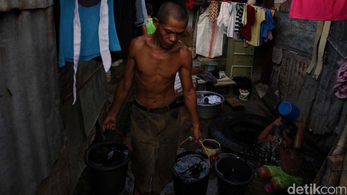 Warga miskin memanfaatkan air yang berasal dari sebuah sumur di kawasan padat penduduk Petamburan, Tanah Abang, Jakarta. Hari ini diperingati sebagai hari air sedunia namun Dewan Sumber Daya Air DKI Jakarta mencatat total kebutuhan air di Pulau Jawa pada musim kemarau adalah 38,4 miliar meter kubik, sementara yang tercukupi hanya 66 persen. ketidakseimbangan antara kebutuhan dan ketersedian air akan memicu krisis air terutama didaerah padat penduduk. File/detikFoto.