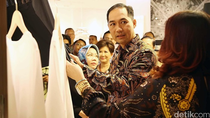 Menteri Perdagangan (Mendag) Muhammad Lutfi siang ini melakukan kunjungan lapangan ke Mal Pacific Place, di kawasan SCBD, Jakarta Selatan, Rabu (15/10/2014). Kunjungan Lutfi kali ini dalam rangka memantau peredaran barang di toko-toko modern. Termasuk peredaran produk dalam negeri di pusat perbelanjaan modern dan terkenal high class ini.