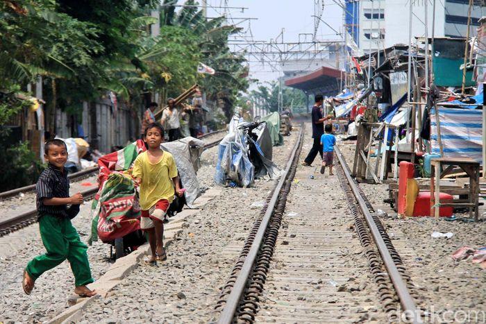 Kemarin Pagi Menteri BUMN Rini Soemarno melakukan kunjungan kerja ke Bogor. Ia sempat ngomel karena jalur kereta banyak dipenuhi sampah sehingga mengganggu kenyamanan.