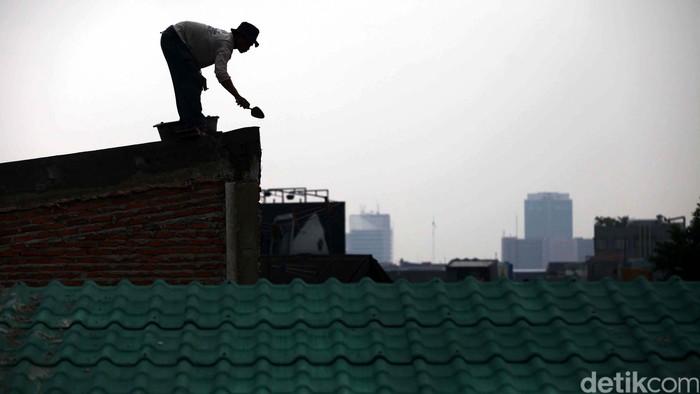 Pekerja beraktivitas melakukan pembangunan Kampung Deret di kawasan Tanah Tinggi, Jakarta, Selasa (2/7). Pemprov DKI Jakarta memilih kawasan Tanah Tinggi sebagai percontohan Kampung Deret di atas lahan bekas kebakaran yang terdiri dari 85 rumah siap huni.