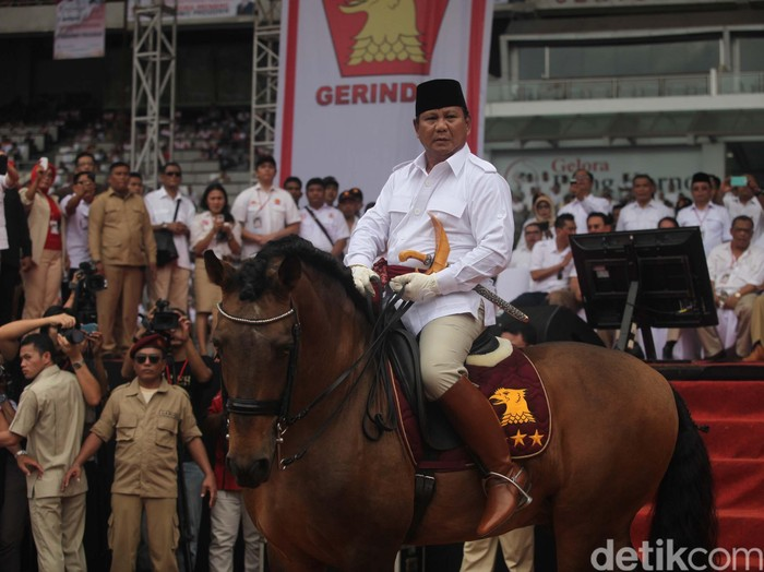 Kampanye Prabowo Subianto (62) di Stadion GBK Senayan berlangsung seru dan penuh gaya. Selain naik helikopter dan Jeep bintang 3, Prabowo juga menunggang kuda yang gagah perkasa. file/detikfoto