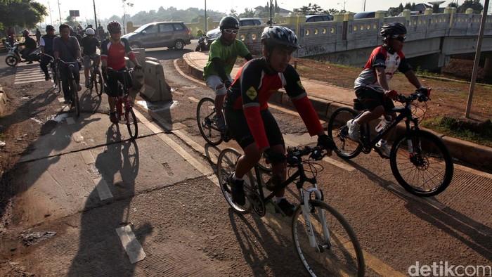 Bersepeda memang menyehatkan, tapi kalau polusi apa tidak bahaya ya? (Foto: Agung Pambudhy)