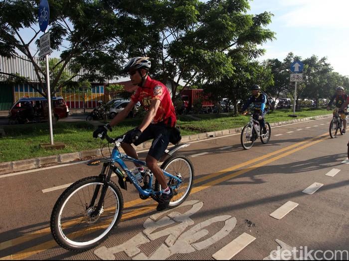 Komunitas Bike To Work menggelar kampanye sosialisasi lajur sepeda di BKT dari Jl Raden Inten sampai Cipinang, Jakarta, Jumat (7/12). 70 Pengendara sepeda berpartisipasi dalam acara ini. Acara ini didukung oleh Kedubes Denmark untuk RI. Staf Kedubes Denmark, Martin Hermann mengatakan sepeda dapat membantu upaya mengatasi kemacetan. File/detikFoto.