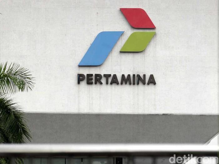 Puluhan buruh dari kelompok SBSI 1992 berdemo di depan Kantor Pusat Pertamina Jakarta, Jumat (14/6/2013). Mereka meminta Pertamina tidak menjalankan kenaikan harga BBM yang akan dilakukan pemerintah daam waktu dekat. Dalam aksinya, pendemo sempat terlibat dorong-dorongan dengan polisi. File/detikFoto.