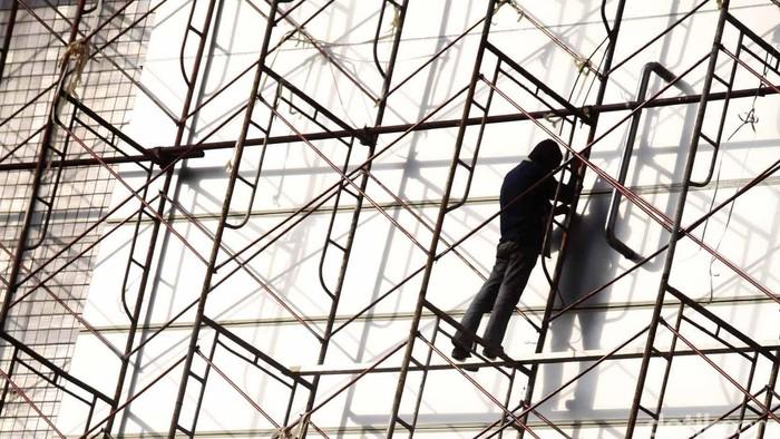 UPAH PEKERJA HANYA NAIK RP 20.000 - Pekerja tengah merenovasi bangunan di Kawasan Glodok, Jakarta, Senin (2/7). Konfederasi Serikat Pekerja Indonesia (KSPI) menolak keputusan Dewan Pengupahan Nasional, serta Kementerian Tenaga Kerja dan Transmigrasi yang hanya menambah upah minimum regional (UMR) buruh pada tahun 2013 yang diperkirakan hanya  bertambah sekitar Rp  15.000- Rp 20.000. Jhoni Hutapea/detikcom