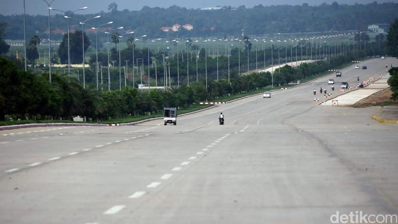 Kendaraan melintas di salah satu jalanan di Napityaw, Ibukota baru Myanmar, beberapa hari lalu. Jalanan di pusat pemerintahan negara Myanmar ini sangat mulus dan lebar. Bahkan jalan di depan Istana kepresidenan Myanmar mencapai 20 lajur. Grandyos Zafna/detikcom