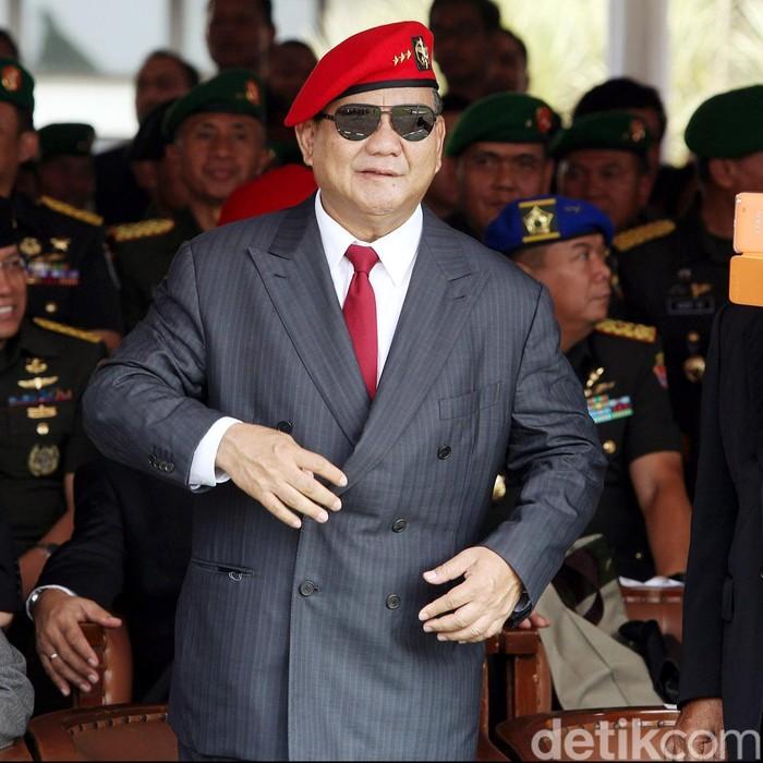 Prabowo Subianto turut hadir dalam upacara serah terima jabatan Komandan Jenderal Kopassus dari Mayjen TNI Agus Sutomo kepada Mayjen TNI Doni Monardo, Jumat (23/10/2014). Prabowo hadir dengan memakai baret merah.