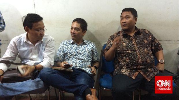 Tim manajerial PSIS Semarang ketika menunggu sidang Komisi Disiplin PSSI di Kantor PSSI, Senayan.