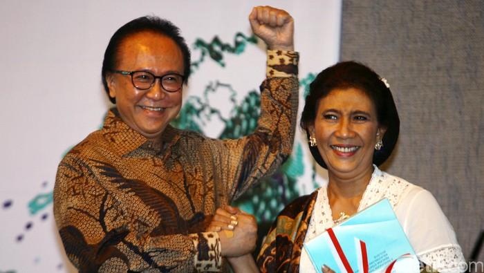 Susi Pudjiastuti melakukan serah terima jabatan dari menteri sebelumya Sharif Cicip Sutardjo di Gedung Kementrian Perikanan dan Kelautan, Jakarta, Rabu (29/10/2014). Susi Pudjiastuti menjadi Menteri Perikanan dan Kelautan perioden 2014-2019.