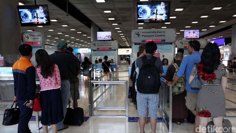Suasana di Bandara Internasional Suvarnabhumi, Bangkok, Thailand, Senin (25/3). Bandara ini mulai beroperasi pada 28 September 2006 menggantikan Bandara Internasional Don Muang. Bandara ini terletak di Racha Thewa distik Bang Phli, Provinsi Sumut Prakat, sekitar 25 km sebelah timur Bangkok. Nama Suvarnabhumi dipilih oleh Raja Bhumibol Adulyadej yang artinya Tanah Emas. Luas terminal bandara 563.000 meter persegi. Di Asia bandara merupakan bandara tersibuk ke empat. File/detikFoto.