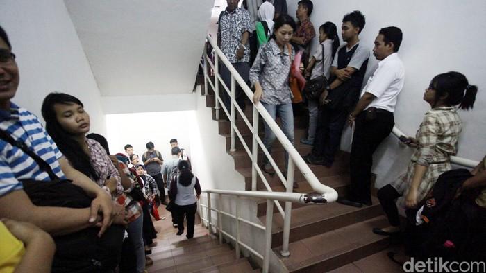 Ratusan orang mengantre membuat SKCK (Surat Keterangan Catatan Kepolisian) di Polres Jakarta Timur, Kamis (05/09/2013). Pembuatan SKCK merupakan salah satu syarat bagi para Calon Pegawai Negeri Sipil (CPNS) untuk mengikuti ujian masuk menjadi PNS. File/detikFoto.