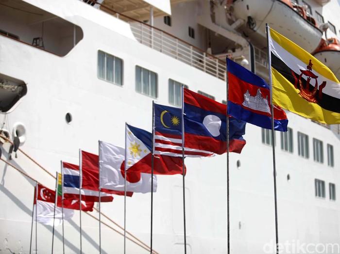 Kapal asal Jepang Fuji Maru singgah di Pelabuhan Tanjung Priok, Jakarta, Selasa (27/11). Kapal ini membawa 308 pelajar muda-mudi dari 10 negara ASEAN dan Jepang. Kapal ini bertingkat 8, sekelas hotel bintang 4, berbobot 70 ribu ton dan panjang 176 meter. File/detikFoto.