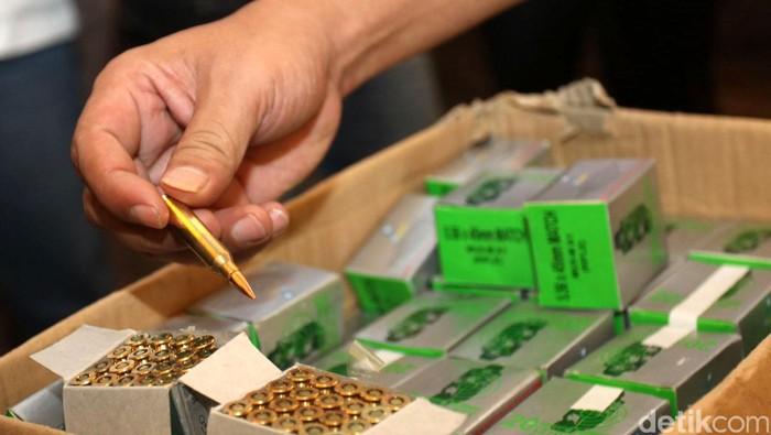 Polda Metro Jaya kembali melakukan rilis barang bukti pemasok senjata api yang digunakan untuk menembak anggotanya di Mapolda Metro Jaya, Jakarta, Senin (16/09/2013). Selain itu Polisi juga menyita ratusan butir peluru senjata AK 47 dan beberapa senjata api rakitan. File/detikFoto.