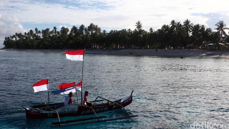 Menyambut hari kebangkitan nasional, warga kepulauan terluar indonesia yaitu kepulauan miangas yang mayoritas berprofesi sebagai nelayan ikut memeriahkan peringatan tersebut. Mereka mengibarkan bendera diperahunya dan berkeliling lautan sekitar kepulauan miangas. File/detikFoto.
