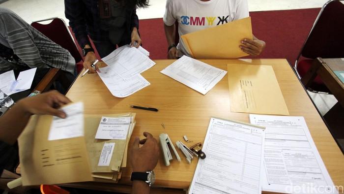 Para pekerja menyampaikan SPT tahunan PPh wajib pajak orang pribadi ke petugas pajak Direktorat Jendral Pajak Kementerian Keuangan RI. Bagi Para pekerja ber NPWP wajib menyampaikan SPT tahunan PPh. File/detikFoto.