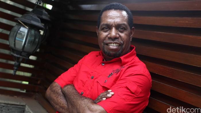 Edo Kondologit lahir di Malanu, Sorong, 5 Agustus 1967 umur 47 tahun merupakan seorang penyanyi jazz Indonesia. Sosoknya dikenal sebagai penyanyi beraliran jazz, dan kerap membawakan lagu-lagu rohani Kristen. Lewat suaranya pula Edo banyak melantunkan perdamaian melalui sejumlah organisasi sosial. Ia menikahi perempuan bernama Niar Septia Cahyana (Keko). Lewat pernikahan itulah dirinya dikarunia putri cantik, Itamar Lemuela Barbalina. File/detikFoto.
