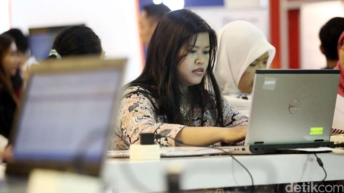 Pencari kerja melakukan pendaftaran secara online di bursa kerja Bankers Career Expo 2014, di Jakarta Selatan, Selasa (04/11/2014). Sejumlah bank nasional membuka lowongan bagi pencari kerja yang berminat menggeluti dunia perbankan. Pameran ini berlangsung hingga 5 November 2014.