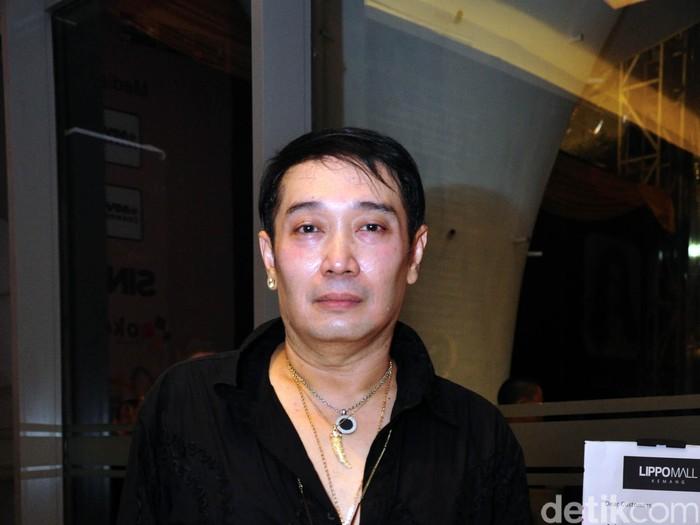 Adjie Notonegoro lahir di Jakarta, 18 Juli 1961. Dia adalah seorang perancang busana ternama yang menjadi langganan para selebritis, pejabat dan para tamu kenegaraan.file/detikfoto.