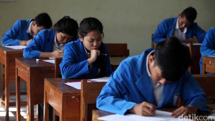 Dinas Pendidikan Gelar Try Out UN Untuk 43 Pelajar   Dalam mempersiapkan peserta didik menghadapi Ujian Nasional (UN) yang akan berlangsung 15-18 April 2013 mendatang, Dinas Pendidikan (Disdik) DKI Jakarta bersama Bank DKI menyelenggarakan try out UN bagi 43 ribu pelajar sekolah menengah atas (SMA) dan sekolah menengah kejuruan (SMK) di wilayah Jakarta. Try out Ujian Nasional ini dilaksanakan secara serentak mulai Rabu (3/4) hingga Jumat (5/4) pukul 08.00 di masing-masing SMA dan SMK. Agung Pambudhy/Detikcom.   Kepala Dinas Pendidikan DKI Jakarta, Taufik Yudi Mulyanto bersama Direktur Utama Bank DKI, Eko Budiwiyono meninjau try out di SMK 19 Jakarta, Rabu (3/4).  Kebanyakan dari mereka adalah penerima Kartu Jakarta Pintar.  Pemprov DKI Jakarta juga telah bekerjasama dalam menjalankan program Kartu Jakarta Pintar (KJP), dimana Bank DKI menjadi penyedia jasa. Seperti diketahui, UN tingkat SMA dan SMK akan digelar pada 15-18 April mendatang. Sebanyak 127 ribu siswa yang berasal dari 1.097 sekolah yang tersebar di lima wilayah kota dan satu kabupaten administratif di wilayah DKI Jakarta siap menjalankan UN.