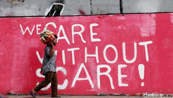 Pedagang melewati mural soal 14 tahun reformasi dan Hak Asasi Manusia (HAM) di Jl S.Parman, Grogol, Jakarta Barat, Kamis (24/5/2012). Mural yang dibuat didepan kampus Trisakti tersebut menyindir kebijakan pemerintah yang seakan melupakan para martir reformasi 14 tahun lalu. File/DetikFoto.