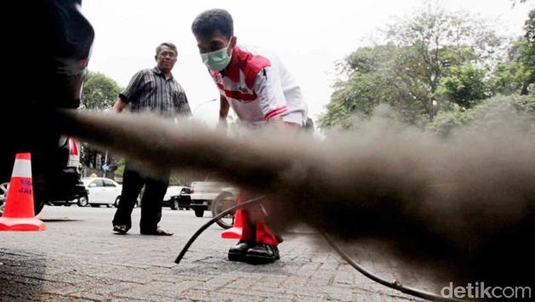 Berbagai kendaraan pribadi dan niaga dilakukan uji emisi gratis di Tugu Proklamasi, Jakarta, Selasa (2/10). Kegiatan yang dilakukan 3 hari oleh swasta ini dikerjakan di beberapa titik seperti Senayan, Tugu Proklamasi dan Kelapa Gading. File/DtikFoto.