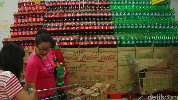 Para pembeli memilih barang di gerai Carrefour Cempaka Putih, Jakarta Pusat, Minggu (28/07/2013). Pemilik brand ritel modern Carrefour, PT Trans Retail Indonesia, menyatakan bahwa kebanjiran permintaan aneka produk. File/DetikFoto.