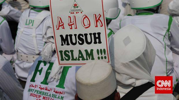 Massa FPI berunjuk rasa menentang Ahok di kawasan Bundaran HI, Jakarta, 10 November 2014.