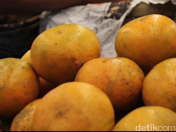 Pedangan mensortir jeruk medan di Pasar Induk Kramat Jati. Selain dikonsumsi bisa juga untuk menambah asupan gizi, Jumat (31/8/2012). File/DetikFoto.