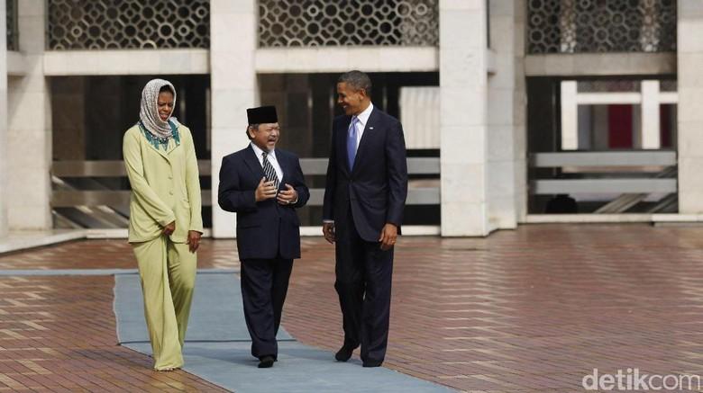 Presiden AS Barack Obama dan istrinya Michelle Obama melihat-lihat Masjid Istiqlal dengan didampingi Imam Besar Masjid Istiqlal Prof Dr KH Ali Mustafa Yaqub. File/DetikFoto.