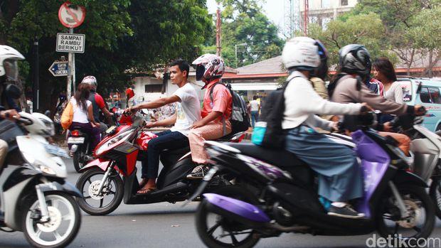 Masih banyak masyarakat yang belum mengenakan helm