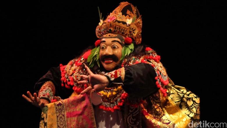 Dewan Kesenian Jakarta kembali mengelar acara seni tari yang menampilkan para maestro tari dari berbagai daerah di Gedung Kesenian Jakarta, Selasa (4/12/12) malam. Maestro tari topeng bukung asal Kalimantan Tengah Cingan menunjukkan keahliannya. File/DetikFoto.