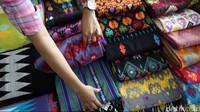 Nggak Pakai Nawar Sandiaga-Luhut Borong Kain Tenun Lombok