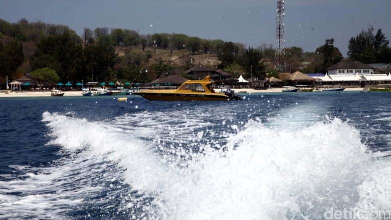Gili Trawangan termasuk salah satu objek wisata pulau ditengah laut Barat pulau Lombok yang terbilang paling ramai, ketimbang Gili Air dan Gili Meno. Gili Trawangan dapat ditempuh dengan menggunakan perahu speedboat ataupun perahu tradisional di pesisir pantai senggigi dengan harga yang bervariattif mulai Rp 13.000,- hingga mencapai Rp 1,5juta dengan waktu tempuh sekitar 10 menit hingga 40 menit. Gili Trawangan, Lombok, Nusa Tenggara Barat.