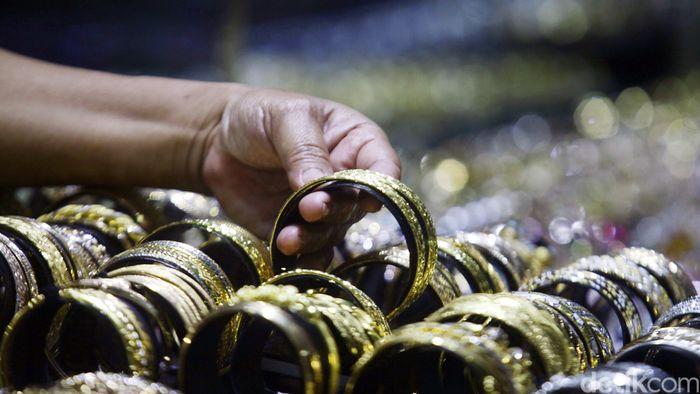 Penjual menata perhiasan emas di Cikini Gold Center, Jakarta, Senin (24/11/2014). Realisasi ekspor produk perhiasan Januari-Agustus 2014 secara mengejutkan mencapai US$ 3,17 miliar atau sekitar Rp 38 triliun. Capaian ini naik hingga 100% dibandingkan tahun sebelumnya pada periode yang sama.