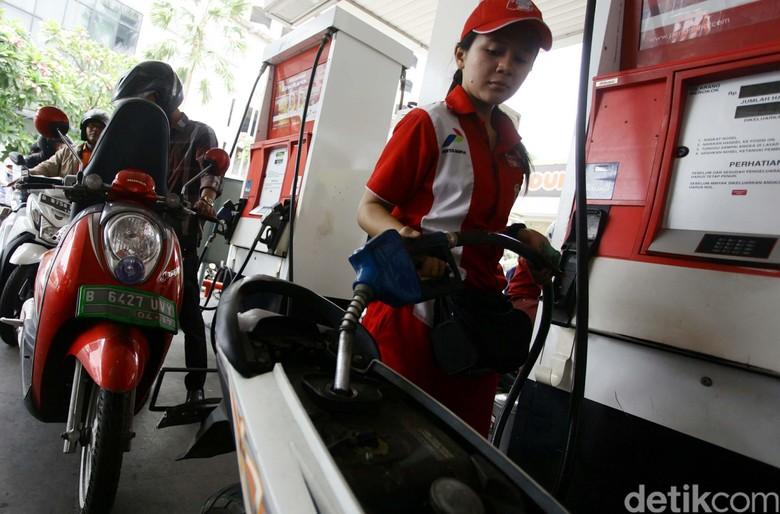 Ilustrasi sepeda motor mengisi bensin (Foto: Agung Pambudhy)