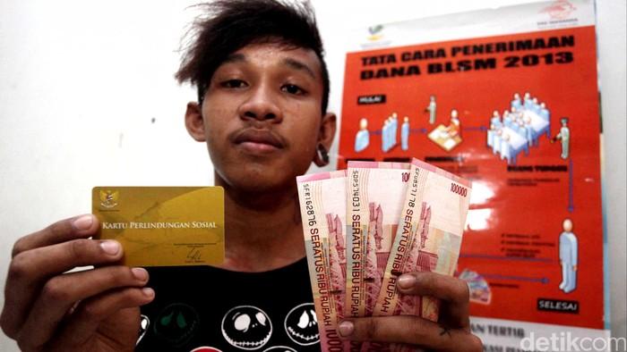 Warga menerima Bantuan Langsung Tunai Sementara Masyarakat (BLSM) di Kantor Pos Kelurahan Kramat Jati, Jakarta Timur (25/6/2013). Pemerintah menargetkan 15,5 juta masyarakat sudah menerima dana BLSM sebelum memasuki bulan Ramadan, tahap pertama Balsem yang disalurkan adalah sebesar Rp 300 ribu. File/DetikFoto.