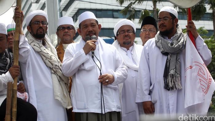 Massa FPI yang menolak Gubernur Basuki Tjahaja Purnama (Ahok) di depan gedung DPRD DKI dan Balai Kota melantik gubernur tandingan KH Farur Rozi Ishaq.Hasan Alhabshy/detikcom