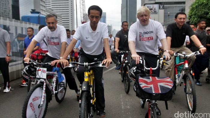 Presiden Joko Widodo bersepeda di acara Car Free Day (CFD) bersama Gubernur DKI Basuki T Purnama (Ahok) dan Wali Kota London Boris Johnson, Minggu (30/11/2014). Dalam kesempata itu, Boris Johnson memberikan 12 sepeda kepada Ahok.
