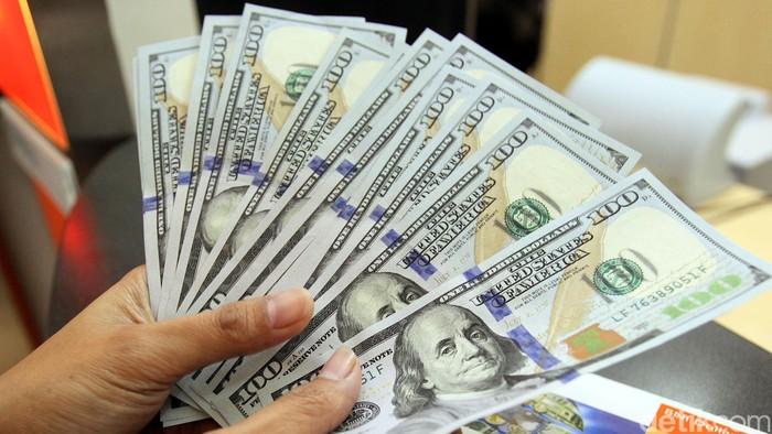 Nilai tukar rupiah terhadap dolar Amerika Serikat (AS) masih melanjutkan pelemahannya. Kini, dolar AS perkasa dan hampir menembus level Rp 12.300. Saat ini dolar AS diperdagangkan di posisi Rp 12.290. Posisi terkuat dolar AS bahkan sempat mencapai Rp 12.295 dan terendahnya di Rp 12.270. Nasabah tengah menyimpan uang dolarnya ditabungan BNI Dollar, di Kantor Cabang Utama Fatmawati, Jakarta, Rabu (03/12).