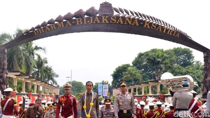 Presiden Joko Widodo (Jokowi) menghadiri apel bersama kepala satuan wilayah (kasatwil) di Akademi Kepolisian (Akpol) Semarang, Jawa Tengah, Selasa (2/12/2014). Jokowi juga memberikan pengarahan kepada kepada 31 Kapolda dan 452 Kapolres dari seluruh Indonesia.