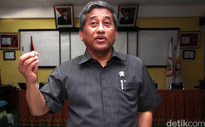 Menteri Pendidikan dan Kebudayaan Mohammad Nuh melakukan inspeksi mendadak terhadap pelaksanaan uji kompetensi guru (UKG) di SMP 19 Jakarta, Senin (30/7/2012). Dalam kunjungannya, ia menilik ruang ujian dan berdialog langsung dengan para guru. File/DetikFoto.