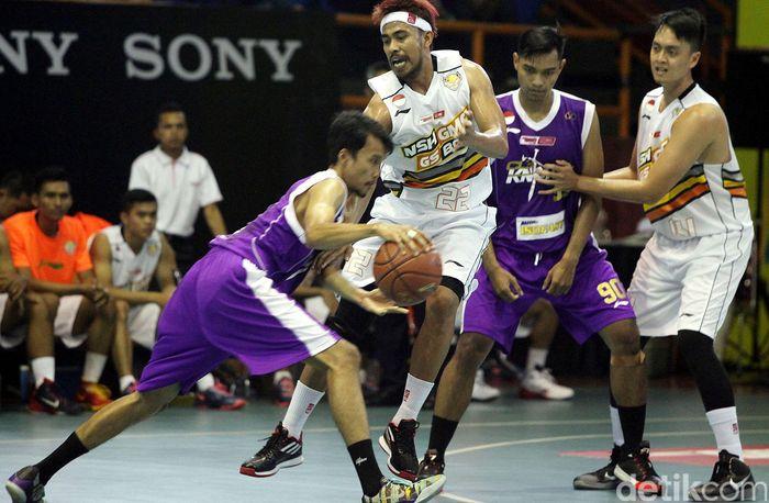 CLS Knights Surabaya benamkan NSH GMC GSBC Jakarta dengan skor (68-46), dalam lanjutan Speedy NBL Indonesia 2014-2015 Seri I Jakarta. Pertandingan ini berlangsung di Hall Basket Senayan, Jakarta, Kamis (04/12).
