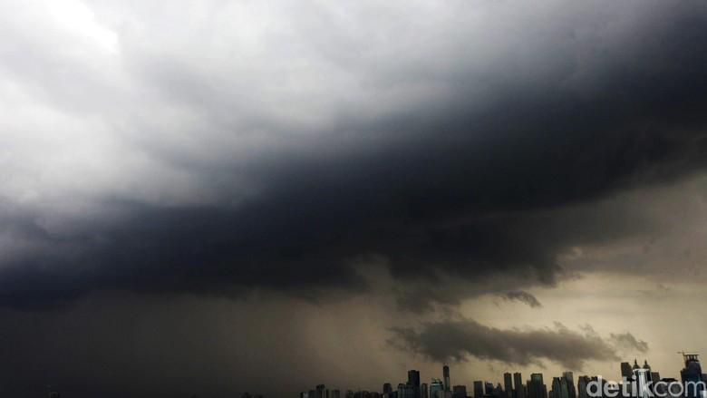 Sejumlah Daerah Berpotensi Cuaca Ekstrem, Warga Diimbau Waspada