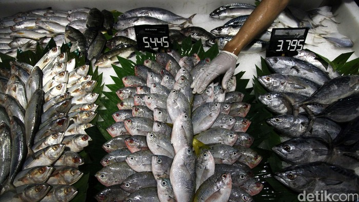 Kebijakan Menteri Kelautan dan Perikanan Susi Pudjiastuti terkait moratorium atau penghentian izin sementara untuk kapal tangkap ikan berukuran besar berdampak positif. Kebijakan yang berlaku awal November lalu ini telah membuat pasokan ikan di dalam negeri berlimpah sehingga harga turun, seperti yang terlihat di pusat perbelanjaan Carrefour.