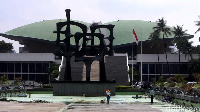 Petugas membersihkan kolan, gedung dan tempat lain di sekitar gedung DPR RI, Senayan, Jakarta, Rabu (10/12). Pembersihan dilakukan disaat anggota dewan tengah reses.