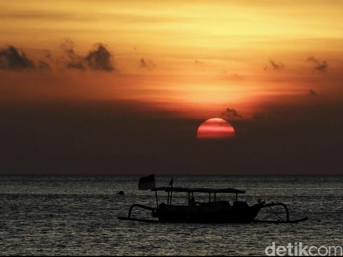 Salah satu keistimewaan Pantai Senggigi di Lombok adalah sunset yang cantik saat senja. Langitnya kuning keemasan, matahari tenggelam. Aktivitas nelayan di pinggir pantai menambah pesona pantai barat di Pulau Lombok itu, Selasa (16/12/2014).