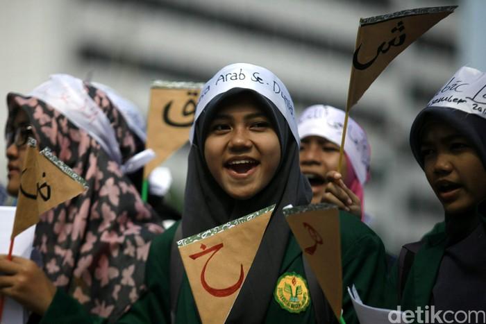 Sejumlah mahasiswa yang tergabung dalam Ikatan Mahasiswa Studi Arab Se Indonesia (IMASASI) melakukan aksi damai di Bundaran Hotel Indonesia, Jakarta, Kamis (18/12/2014). Dalam aksinya mereka mengajak masyarakat Indonesia untuk cinta dan mempelajari bahasa Arab.