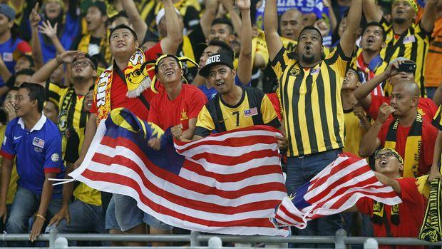 Para pendukung Ultras Malaysia menghina Timnas Singapura dengan kata-kata yang tak pantas. (